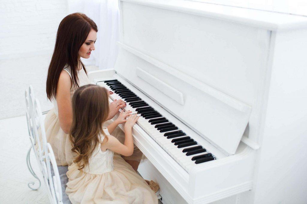 Keuntungan belajar piano dapat mengembangkan imajinasi dan kreativitas anak semakin baik , manfaat bermain piano untuk anak